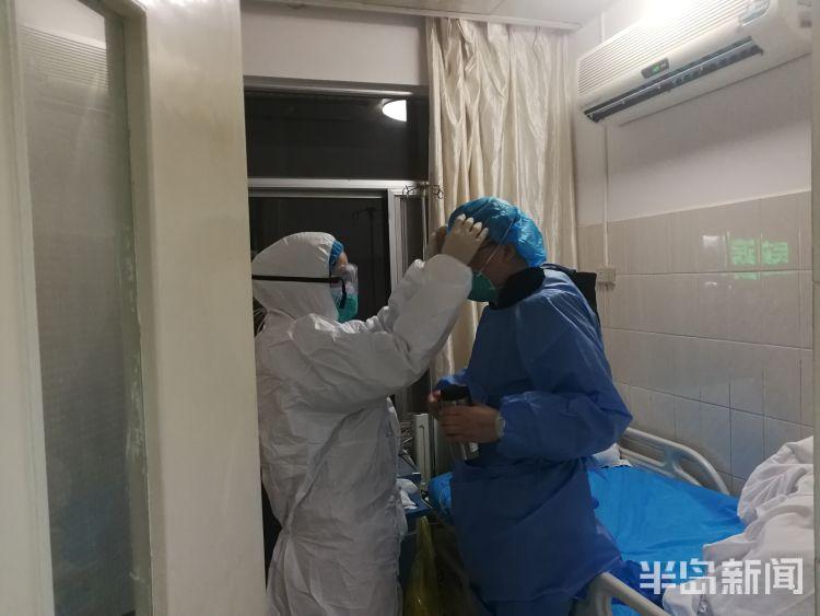 1月21日晚,青大附院市南院区护士帮张阳做转院前的准备。