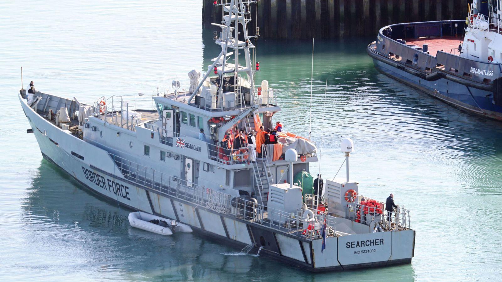 英国海岸警卫队拦截90名非法移民 包括妇女和儿童