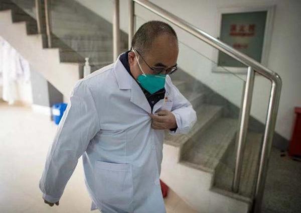 1月29日,武汉金银潭医院院长张定宇回到医院后马上换装投入工作。新华社记者 肖艺九 摄