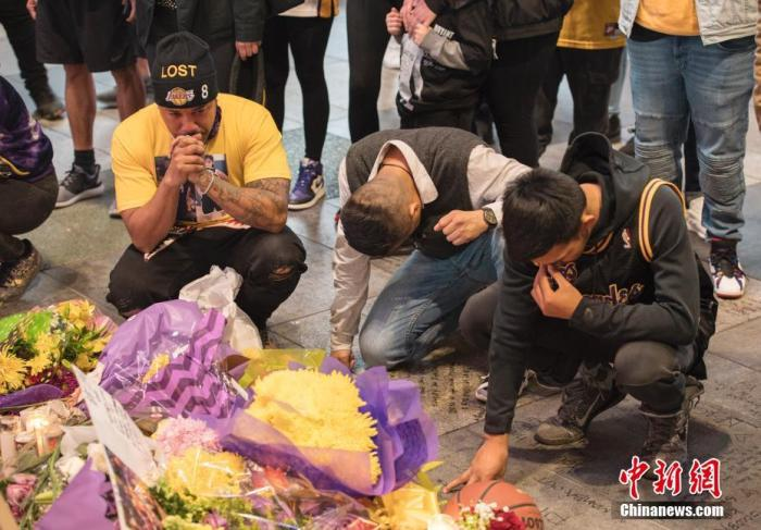 当地时间1月27日,球迷在NBA洛杉矶湖人队主场斯台普斯中心旁边的广场上悼念科比·布莱恩特。26日,科比·布莱恩特的私人直升机在加州小城卡拉巴萨斯坠毁,包括科比及其二女儿在内的机上9人全部遇难。中新社记者 刘关关 摄