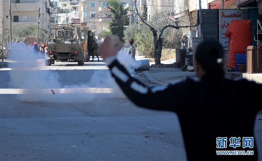2月6日,巴勒斯坦人在伯利恒地区与实走搜捕走动的以色列坦然部队冲突。以军在耶路撒冷当天发生针对以军士兵的攻击事件后伸开这次搜捕走动。 新华社发(马蒙·沃兹沃兹 摄)