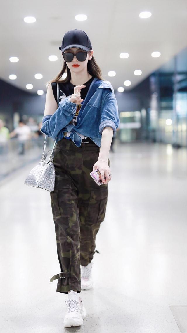 戚薇35岁少女感还那么强,牛仔外套搭配迷彩色工装裤,潮流又减龄
