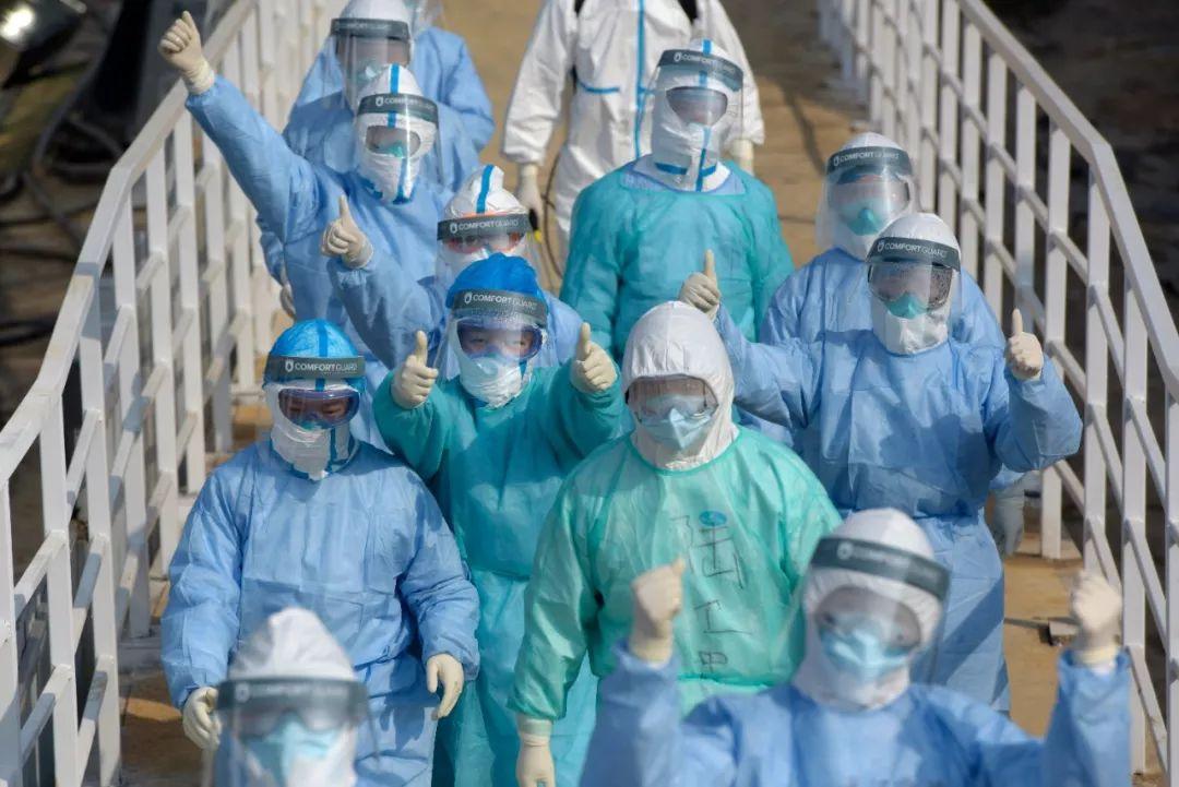 这是2月4日在武汉火神山新型冠状病毒感染肺炎专科医院拍摄的医护人员。新华社发(范显海 摄)