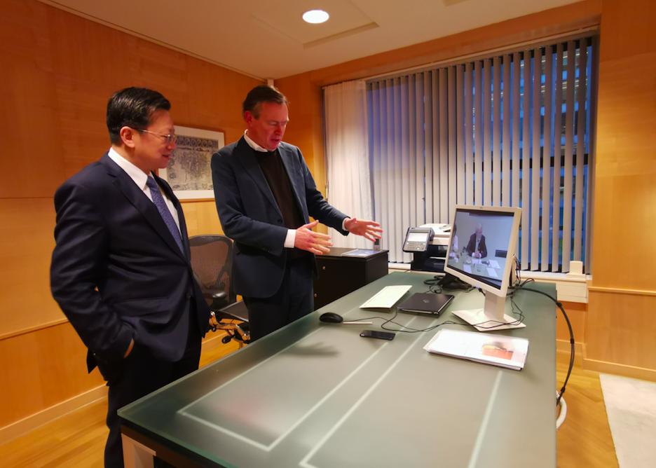 徐宏大使与布劳恩斯观看荷公共卫生与环境研究院向议会介绍疫情的直播 图源:中国驻荷兰大使馆网站