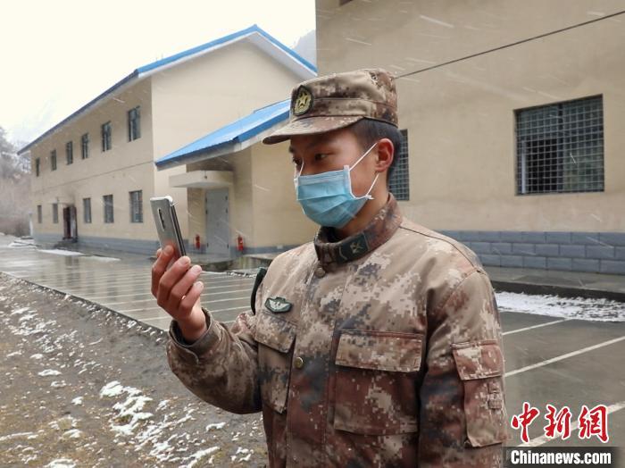图为杜富强用手机视频连线。 湄潭县融媒体中心供图
