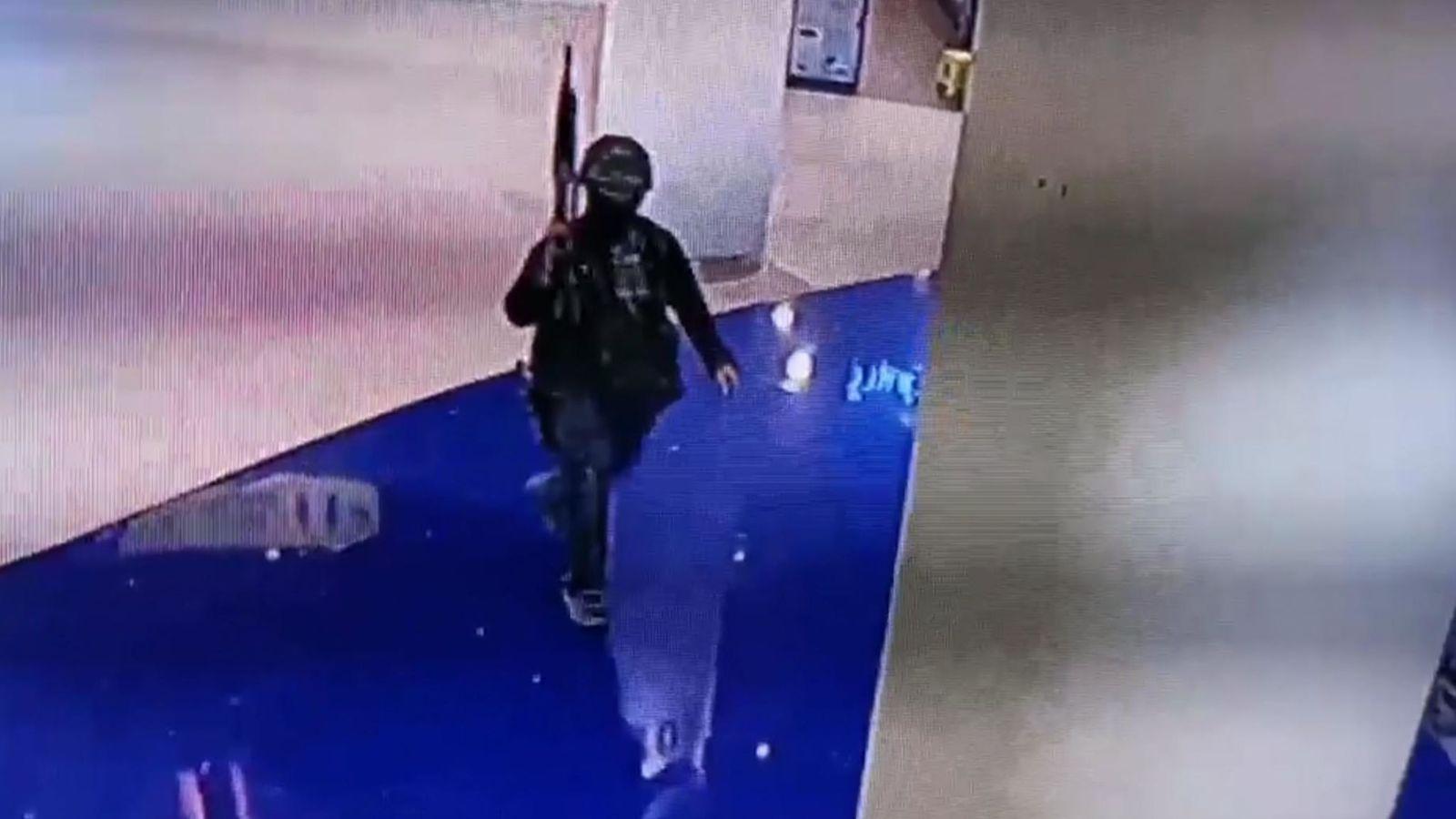 监控显示,当地时间8日下午6点,枪手闯入商场(《曼谷邮报》)