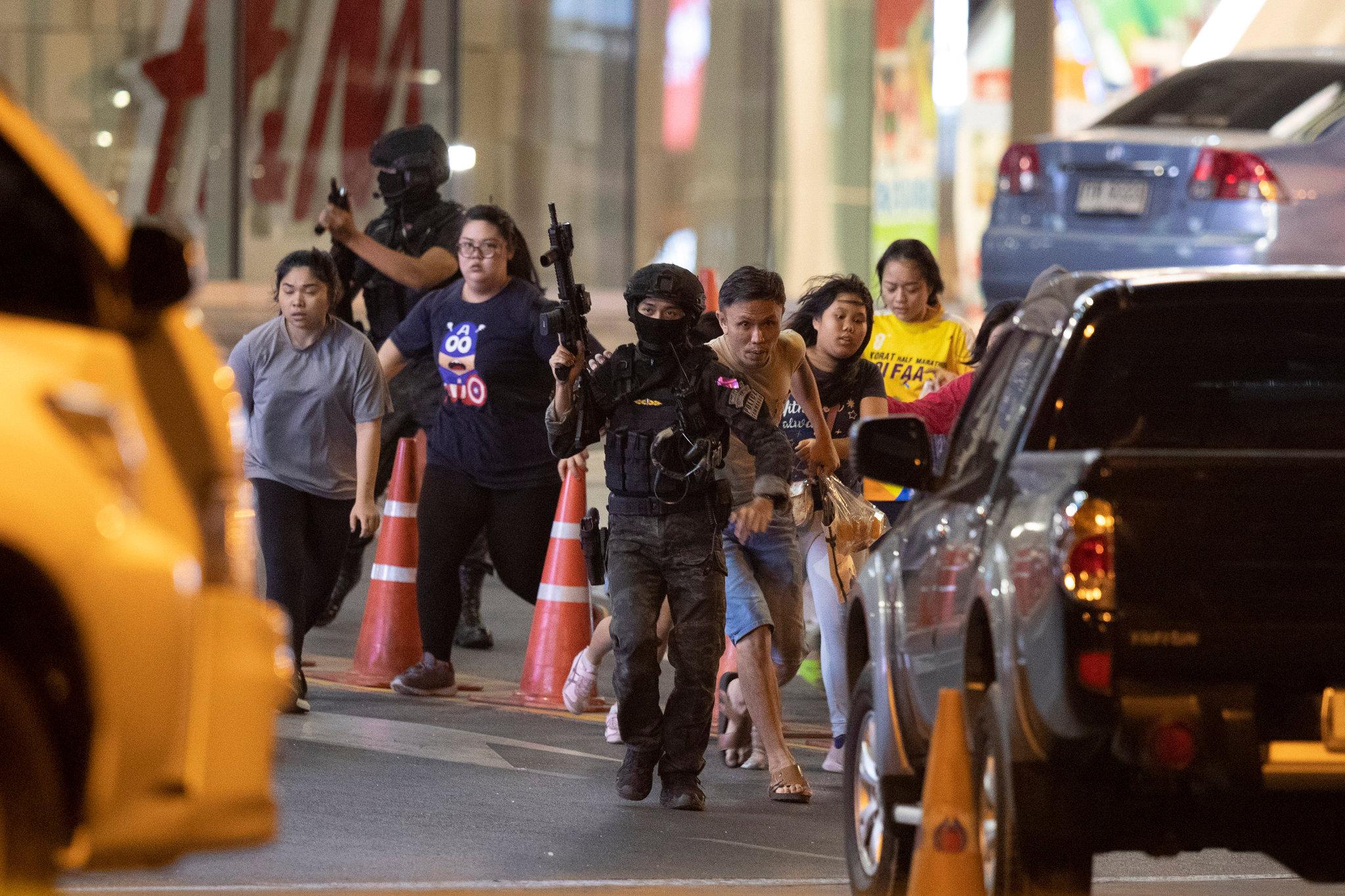 泰国安全部队正在疏散民众(美联社)