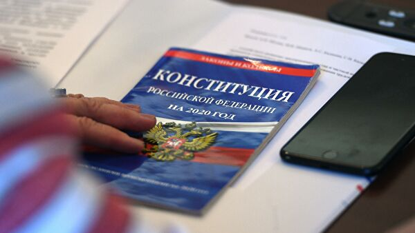 △俄罗斯宪法(图片来源:俄新社)