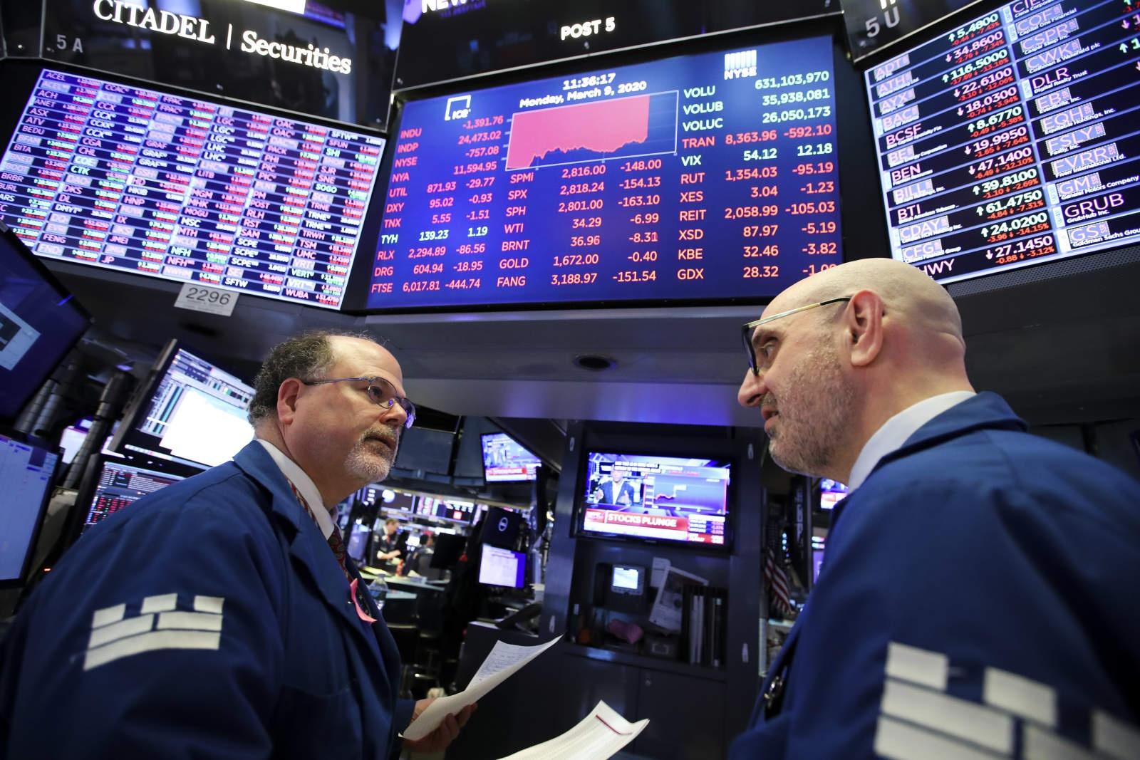3月9日,营业员在美国纽约证券营业所做事。(新华社记者王迎摄)