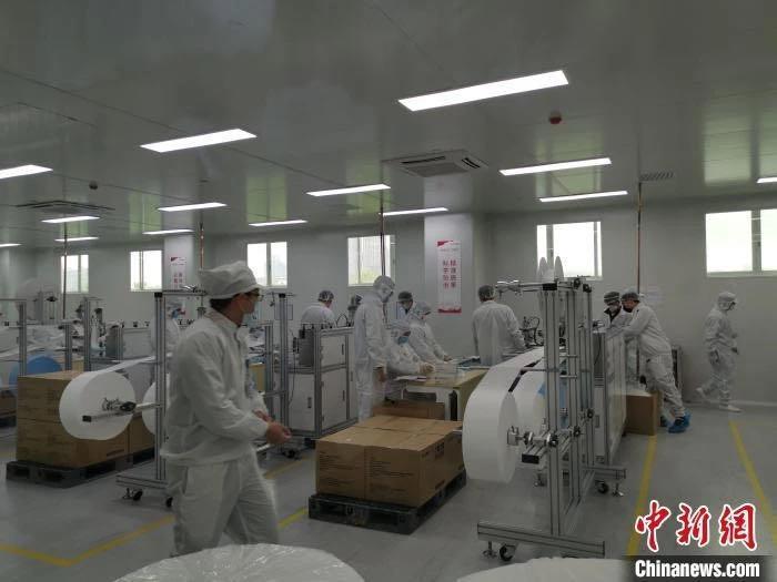 2月20日,广汽集团自制口罩正式最先量产,日产能可达百万只。王华 摄