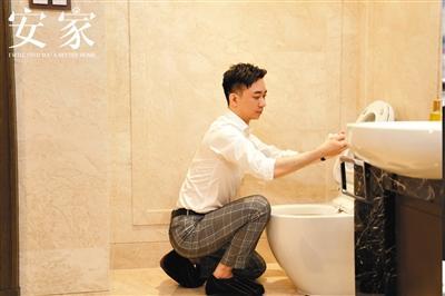电视剧《安家》中,王子健为了卖房亲自清算马桶。