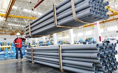 图为山东省东营市台企华亚东营塑胶有限公司工人在添急赶拟订单产品。   刘智峰摄(人民视觉)