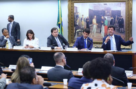 △巴西卫生部长参添多议院稀奇会议谈巴西新冠疫情(图片来自当地媒体)