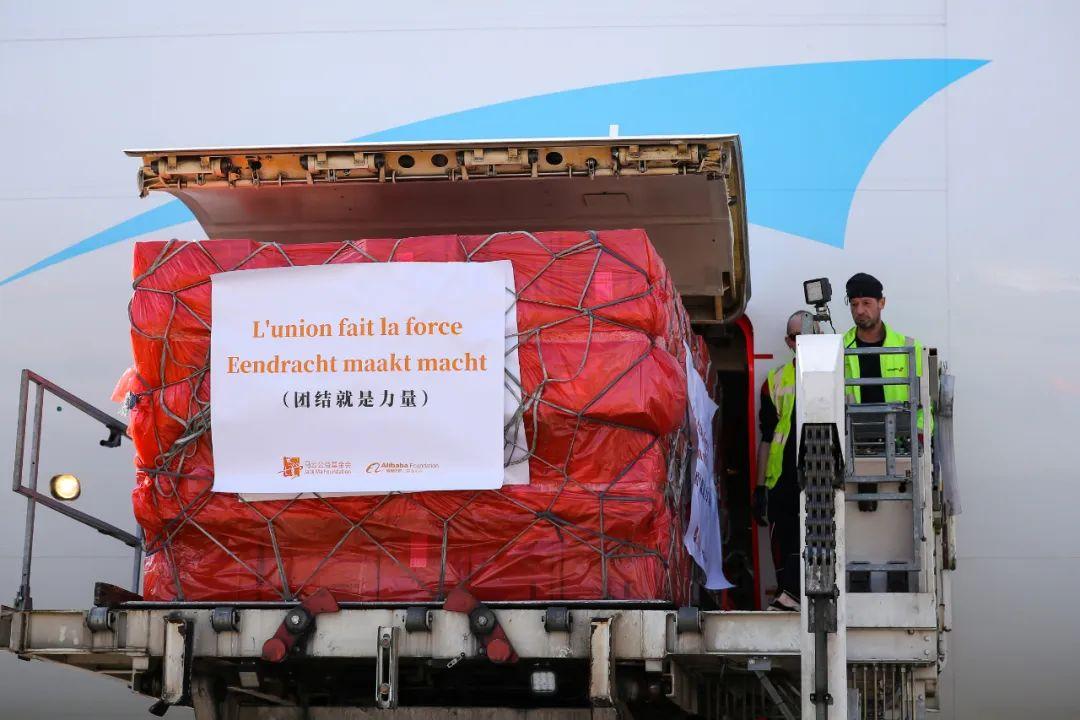 3月16日,在比利时列日机场,工作人员将口罩包裹运下飞机。新华社记者张铖 摄