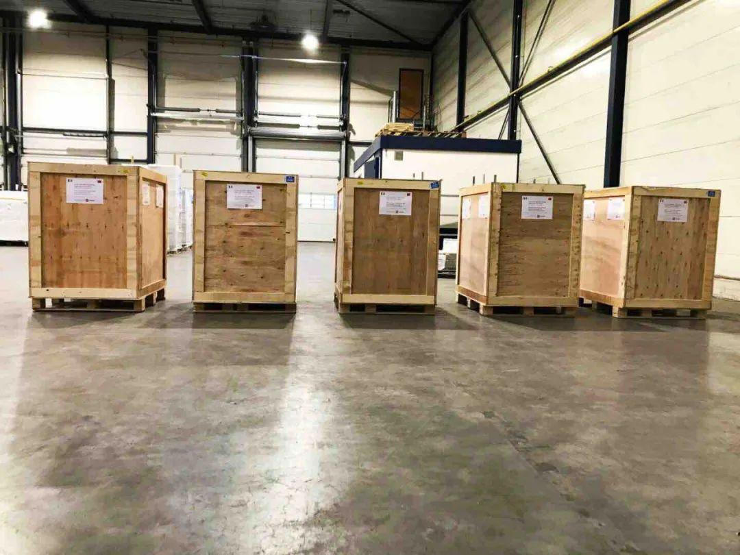 在荷兰阿姆斯特丹,小米公司向意大利捐赠的物资在办理清关手续。(3月5日摄)受访者供图