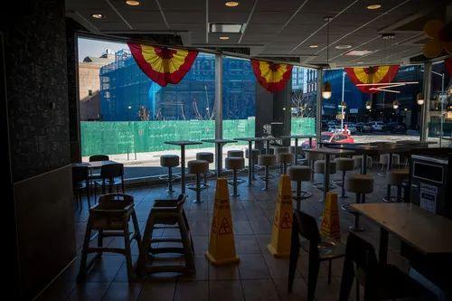 3月15日,在美国纽约,一家麦当劳餐厅的一部分餐区被禁用以响应州政府降低就餐密度的要求。新华社发(郭克摄)