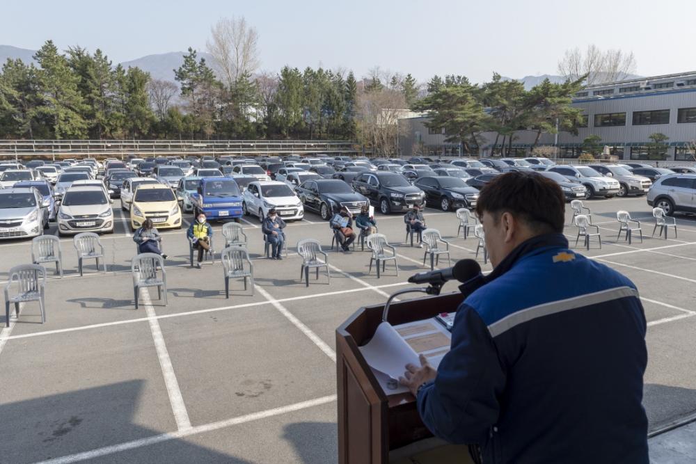 韩国一公司召开定期会议,500余人坐车里参加。(韩联社)