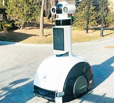 智能防疫巡检机器人在山西省太原市小店区北营街道上岗。
