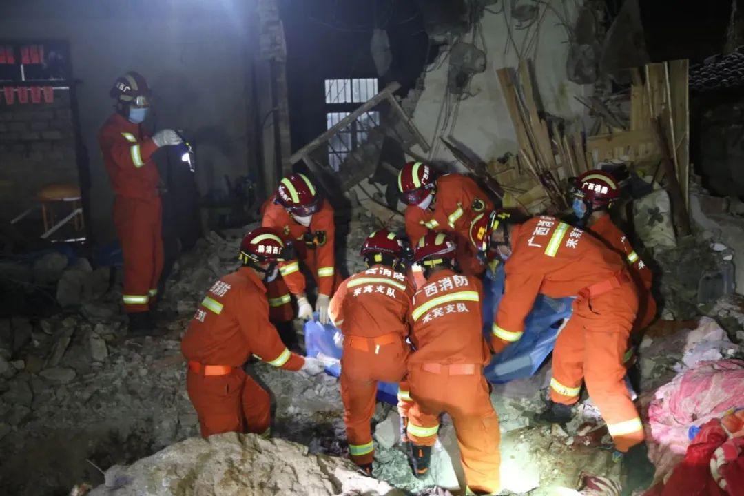 广西武宣一民房被20吨巨石砸穿 3名儿童不幸遇难