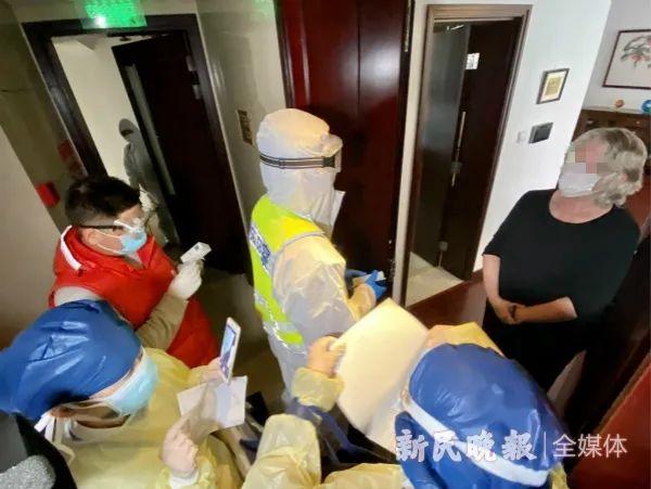 工作人员对澳大利亚来沪的外籍人员进行居家隔离告知和相关情况登记。新民晚报记者 刘歆 摄