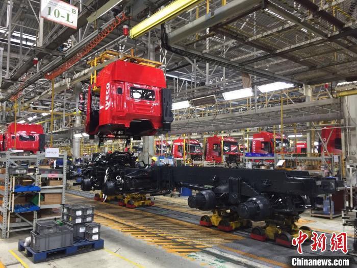 图为上汽依维柯红岩商用车有限公司逐步复工复产。 谢力 摄