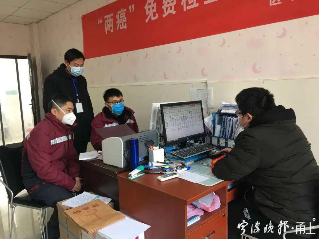 杨思嘉和同事一起寻找线索