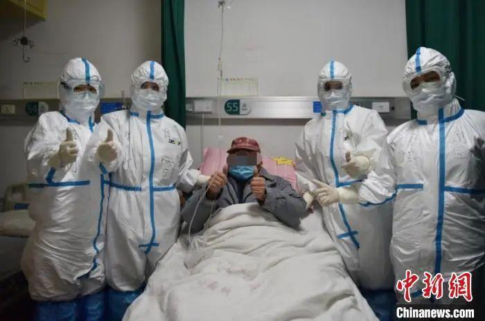 老人与医护人员的相符影。 任然 摄