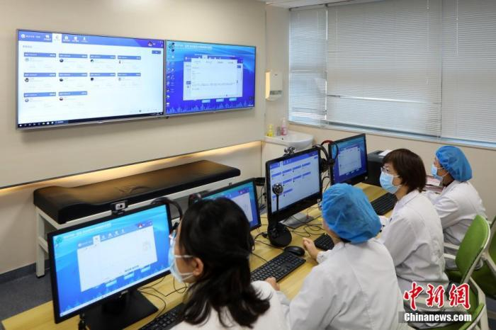 2月26日,南京市第一医院心血管内科医生们对患者进行网络问诊。中新社记者 泱波 摄