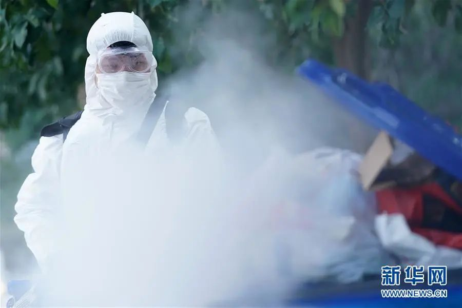 ▲3月5日,工作人员在武汉市武昌区一居民小区对垃圾桶喷药消毒。(新华社记者 王毓国 摄)