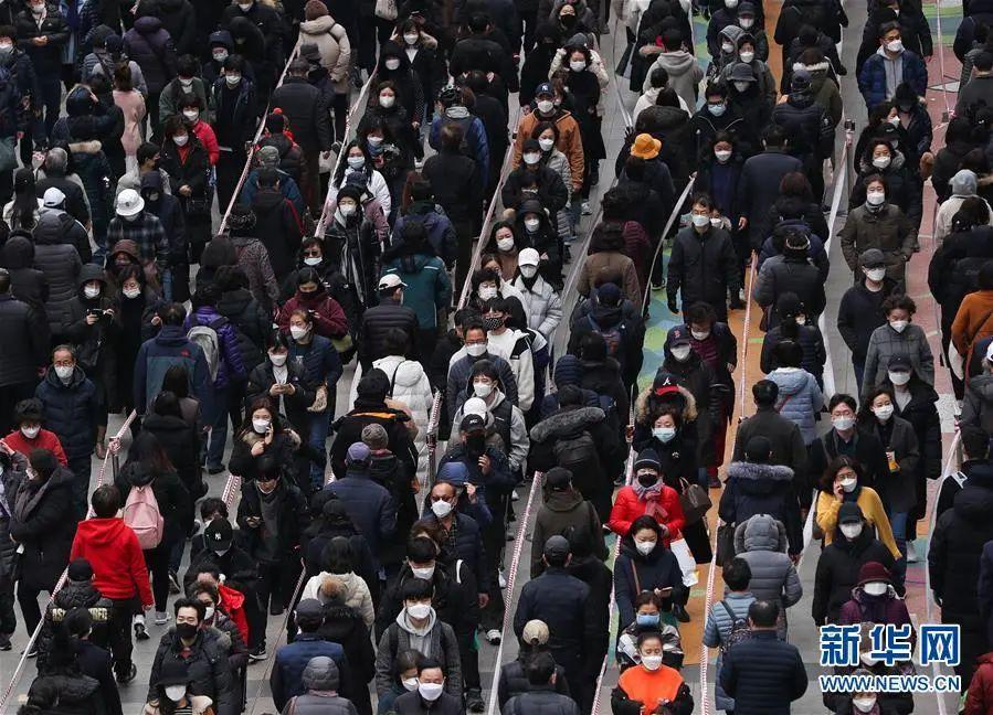 ▲3月3日,人们在韩国首尔的百货商店外排队购买口罩,每人限购五只。(新华社记者 王婧嫱 摄)