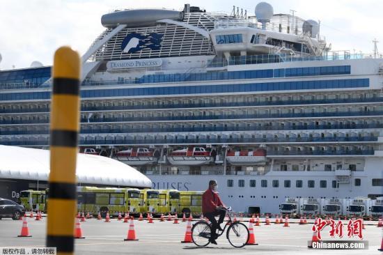 """当地时间2月19日,""""钻石公主""""号邮轮滞留乘客正式最先下船。"""