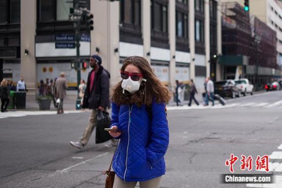 当地时间3月3日,美国纽约宾夕法尼亚火车站附近戴口罩的走人。中新社记者 廖攀 摄