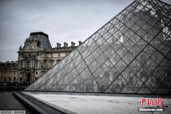 当地时间3月1日,游客在巴黎卢浮宫前等候。法国卢浮宫因做事人员不安新冠肺热疫情拒绝上班而被迫闭馆。据法新社报道,与新冠肺热预防措施相关的公共卫生状况信息发布会,导致卢浮宫1日无法开馆。