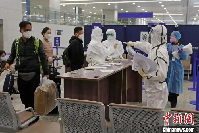 上海海关人员对入境旅客进走新闻核查。 殷立勤 摄