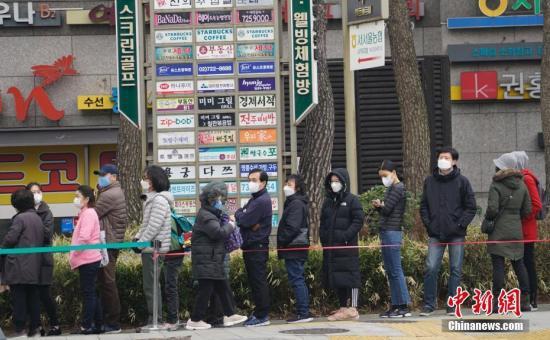 图为3月1日,在首尔钟路区一家超市外,民多排首长队期待购买口罩。中新社记者 曾鼐 摄