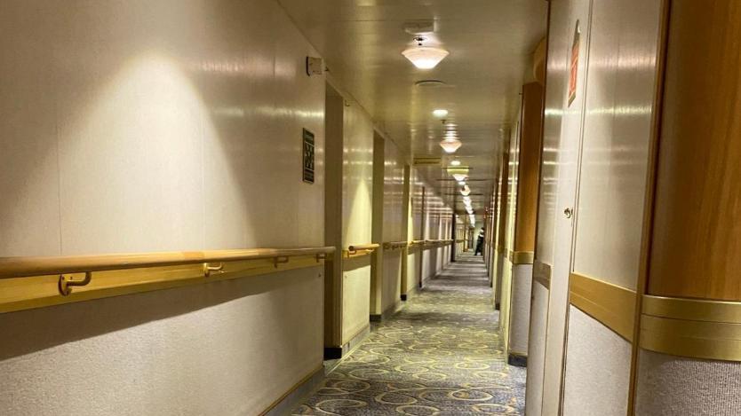 △在期待检测效果出来期间,乘客被局限在本身的房间内,邮轮上空荡荡的走廊