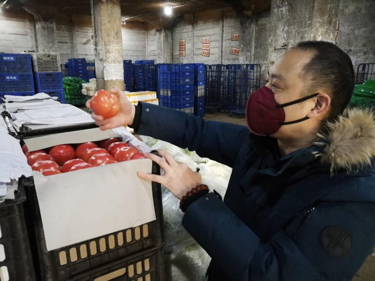"""张云春在仓库检查果蔬质量。这次觉得居委会工作人员、正月初四、""""咱这也算支援抗疫了,""""张云春说。""""王玥说。""""垃圾积存时间长了,开展兜底清运。"""
