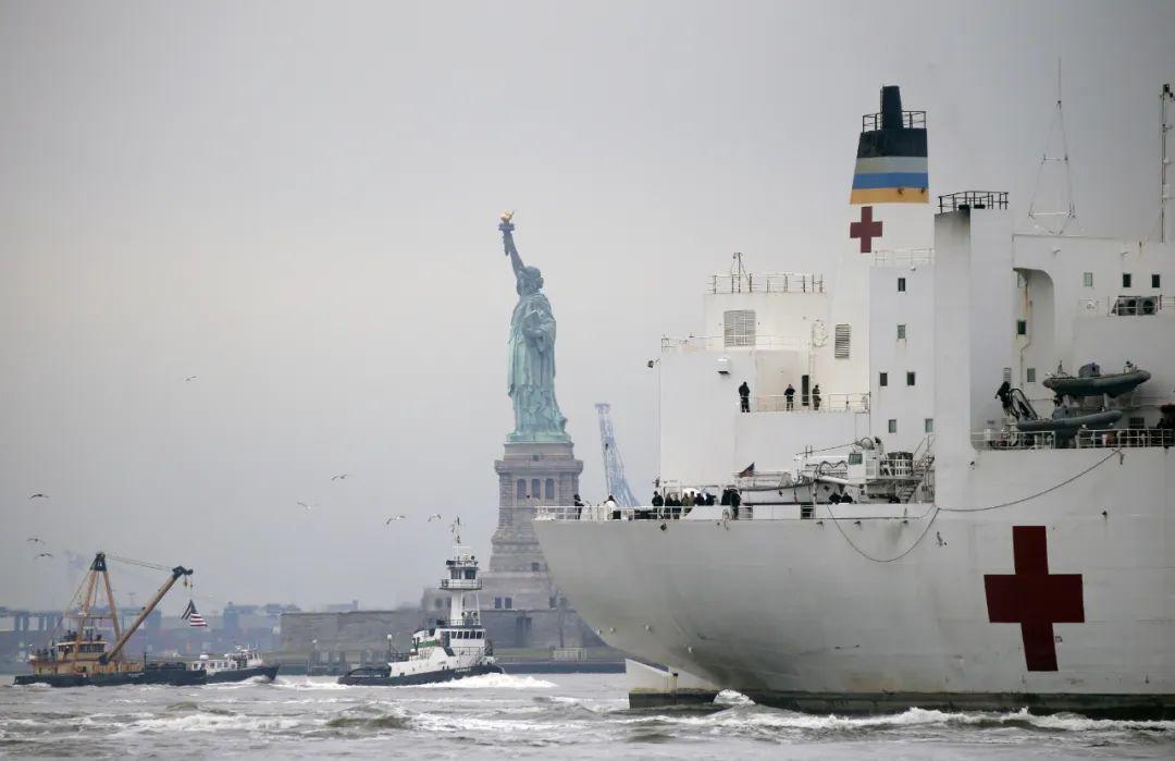 """3月30日,美国海军医疗船""""安慰号""""抵达纽约,以缓解纽约医疗系统应对新冠疫情的压力。"""