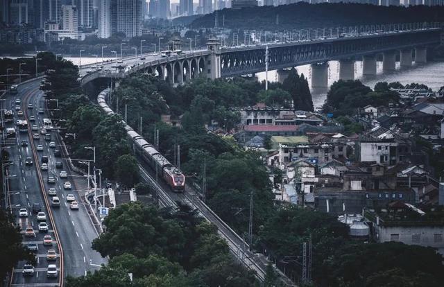 列车穿过武汉长江大桥 杨文杰 摄