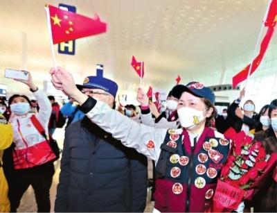 3月31日,武汉天河机场,中国工程院院士、国家卫健委高级别专家组成员李兰娟团队乘机离汉 长江日报记者何晓刚 摄