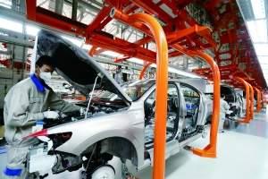 日前,工人在位于山东青岛市即墨区汽车产业新城的一汽-大众汽车有限公司青岛分公司总装车间生产线上忙碌。 新华社 图