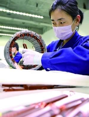 日前,大连科德数控股份有限公司职工在车间装配设备。新华社 图