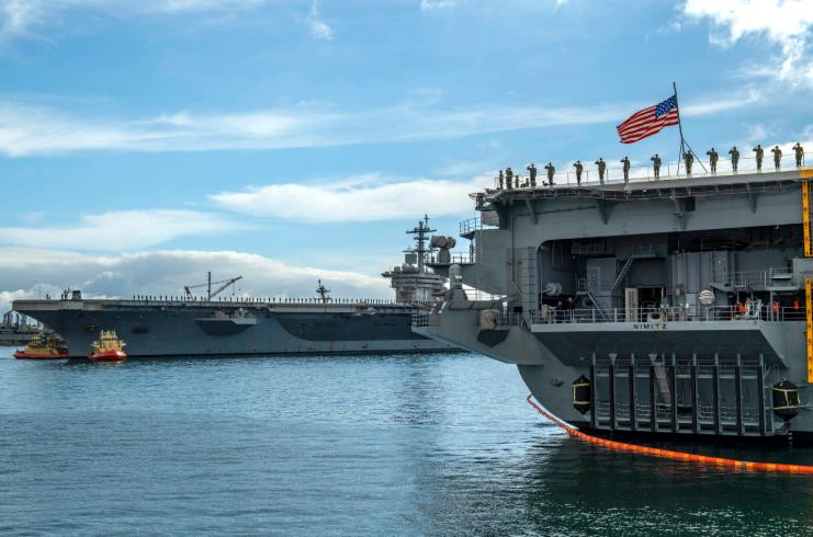 """""""罗斯福""""号和""""尼米兹""""号今年1月合影,很显然当时两艘航母的水兵都没有意识到接下来的命运 图源:美国海军"""