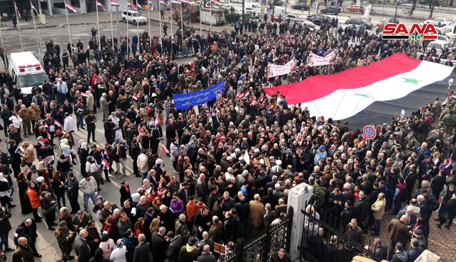 △今年1月苏莱马尼被杀后叙利亚民多荟萃在一首对他外达悼念(图片来源:叙利亚国家通讯社)