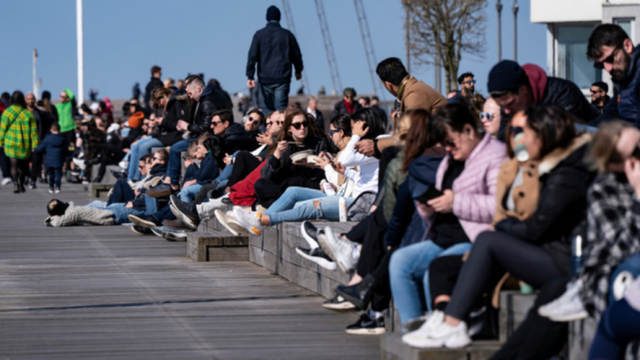 新冠疫情期间 瑞典民多在享福阳光