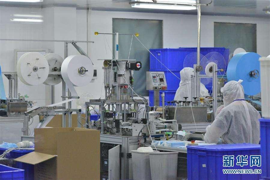 工人在口罩生产线上忙碌,图自新华网。