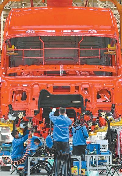 4月23日,工人在陕西汽车控股集团有限公司重卡总装线工作。 新华社记者 张博文摄