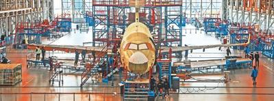 3月6日,工人在中国商飞上海飞机制造有限公司的生产车间内作业。 新华社记者 丁 汀摄