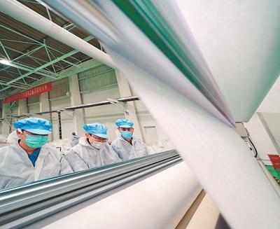 4月23日,燕山石化工人正在熔喷无纺布生产线上工作,该生产线仅用时12天就建成投产。 人民日报记者 贺 勇摄