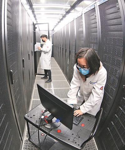 3月24日,中国移动(襄阳)数据中心,网络工程师在新型绿色仓储式数据中心进行网络调试。 王 虎摄(人民视觉)